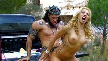 Une blondasse se fait péter la moule par une bete de sexe