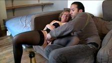 Mere au foyer reçoit chez elle un jeune homme