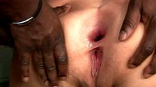 Sodomisée a sec par une grosse queue de black