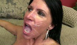 Milf se prend une belle ejaculation faciale