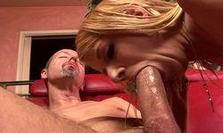 Une queue enorme pour une blonde très gourmande
