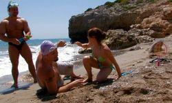baisée sur la plage par 2 bites