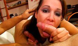 Elle sort d'une vidéo de cul pour satisfaire deux amateurs