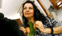 Une mature espagnole vous offre une bonne salade au déjeuner