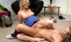 Masturbation lesbienne avec une femme mature qui initie une jeune